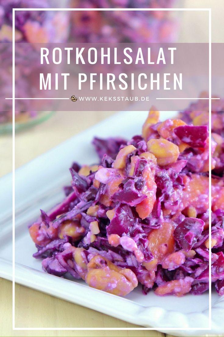 Schneller, fruchtiger Rohkostsalat zum Grillen als Alternative zu Kartoffelsalat oder Nudelsalat: Rotkohlsalat mit Pfirsichen und Cashewkernen - Low Carb