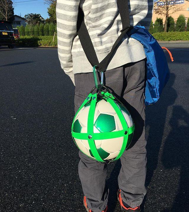 Ballhalter handgefertigt in Japan. Das ist nur 1 von vielen tollen Weihnachtsgeschenken für echte Ballnarren! Mehr dazu auf unserem Fußball X Lifestyle Blog