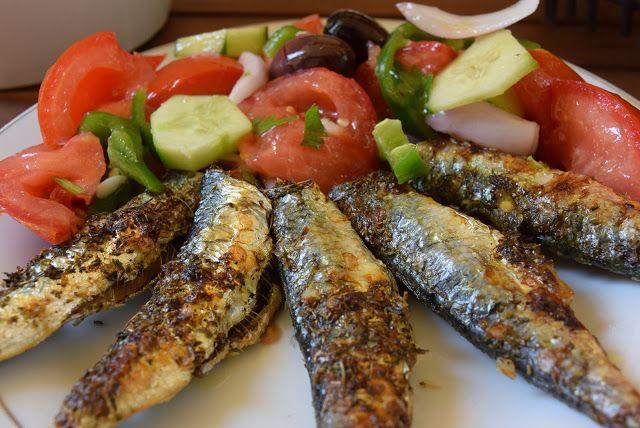 Η πιό απλή και γρήγορη συνταγή για το πιο υγιεινο φαγητό .!! Τα ψαράκια όλα αυτά που βλέπετε τα αγόρασα από την κεντρική αγορά Βαρδάκειος στην Αθήνα 1 ευρώ το κιλό !!! Υλικά μερίδες 4 1 κιλό σαρδέλε