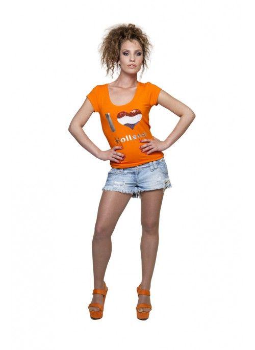 I Love Holland - Oranje-  Het verder eenvoudige t-shirt met diep uitgesnede ronde hals is nauw vallend, heeft een kort mouwtje en is van een soepele, zachte kwaliteit die zorgt voor comfort en een aangename pasvorm.