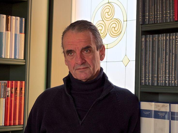 Mario Conde en su biblioteca personal