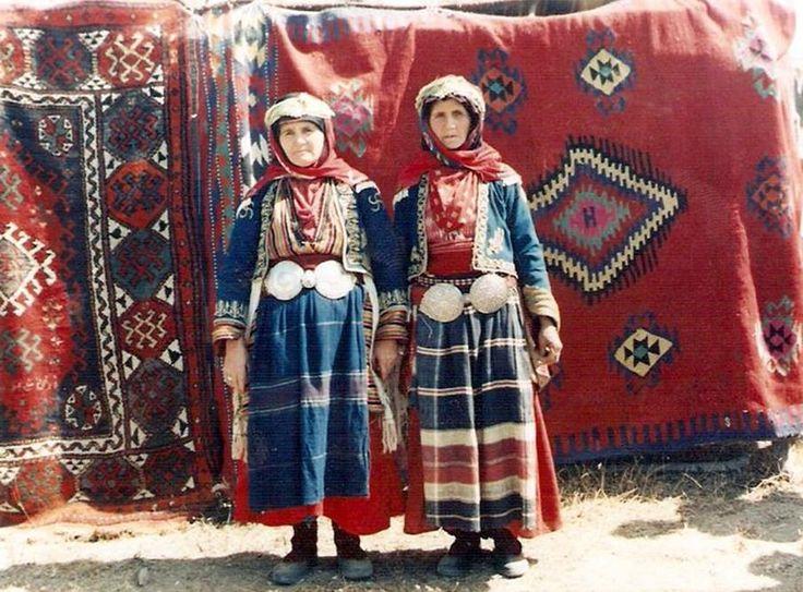 Türk Yörük Kadınları. Geleneksel giysileri ile.