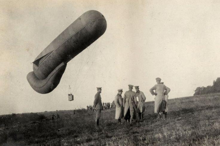 Niemieccy oficerowie stojący niedaleko balonu obserwacyjnego, 1915 rok