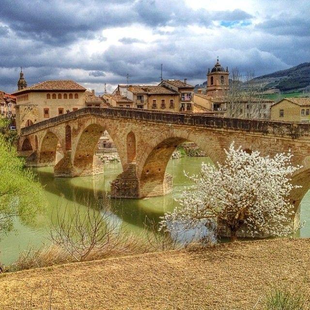 """Puente la Reina, """"cruce de caminos"""", villa medieval en la que se funden las dos vías principales del Camino de Santiago, es una de los enclaves de mayor sentido compostelano situados en Navarra. el puente románico sobre el río Arga es uno de los ejemplos románicos más hermosos y señoriales de la ruta jacobea"""