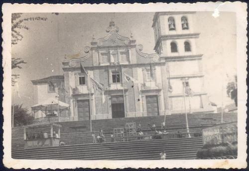 1947, Matriz de Nossa Senhora da Estrella, Cidade da Ribeira Grande, Ilha de São Miguel   Vista geral da Matriz da Ribeira Grande com a guarnição da torre original e revestimento azulejar na parte central da fachada e frontão.