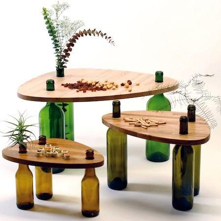 Mesas con las patas de botellas de cristal