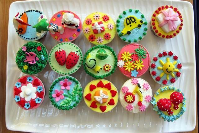I cupcakes sono delle piccole tortine buone da mangiare, belle da vedere e divertenti da decorare!Una volta pronta la base, basta dare libero sfogo alla fantasia e creare deliziosi capolavori sempre diversi. Sono ottimi per le feste di compleanno dei bambini: attirano l'attenzione dei più piccoli ma stupiranno anche i più grandi. Nella seguente guida mostreremo come decorare dei cupcakes con fiorellini, coccinelle e tanto verde.