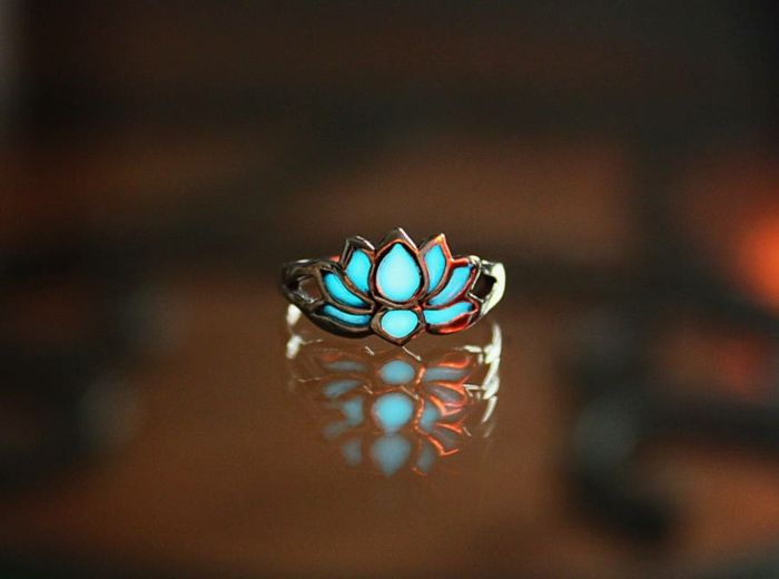 glow-in-the-dark lotus ring  designer schmuck amulette keltischer schmuck vintage schmuck leuchtend ring