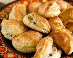 Chaussons au thon et aux poireaux : http://www.cuisineaz.com/recettes/chaussons-au-thon-et-aux-poireaux-80632.aspx