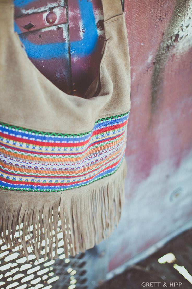 ... #Exclusivo ...  #Sensacional bolso de edición limitada. Su confección en #piel de #serraje afelpado marrón claro deja una huella imborrable cuando ves este bolso. Imprimendo #personalidad, una banda de tela #azteca bordada y #flecos.   En su interior, te sorprenderá un estuche de piel a juego  http://grettandhipp.com/tienda/bolsos/bolso-piel-7/  Feliz miércoles  Equipo Grett & Hipp