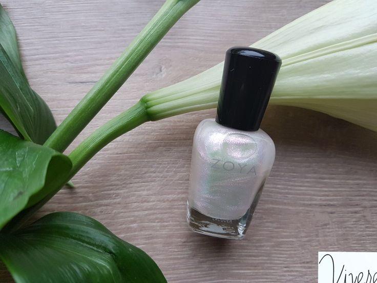 Zoya Leia is een parelmoeren heldere kleur met glitters. Mooi op zichzelf maar ook geslaagd over je lentetinten. www.viverebeyuna.nl Foto: Monique Brinkman