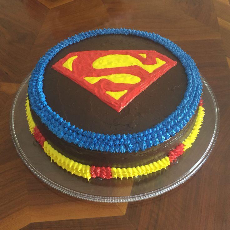 Pastel de Superman de merengue y fudge
