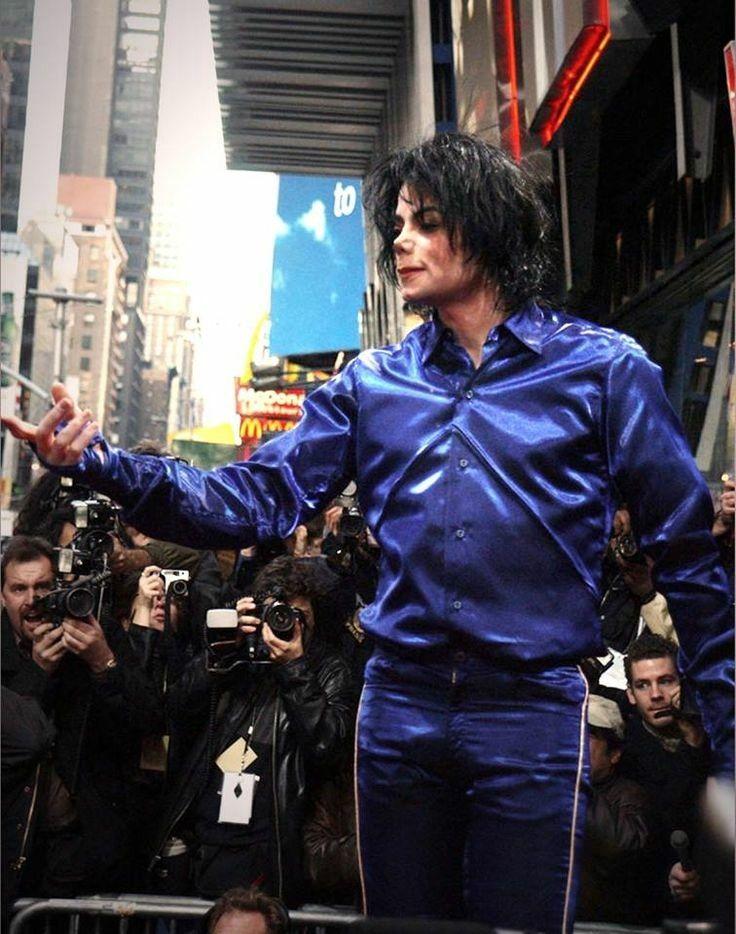 MJ | Virgin Mega Store, NYC 2001 Invincible cd signing