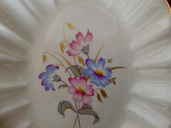 A pretty oval dish with scalloped edges , made by Prinknash Pottery .  Dish measures 6.5 by 4.5 and is just over 1 tall. It has gilded edging and a pattern of pink and blue flowers with gold leaves.  Base reads.. Prinknash Pottery Gloucester England.  In good vintage condition.  Please note: We are happy to post our vintage items anywhere in the world. As they would be sent tracked and signed for, we need an address to generate a postage quote. If you would like to order from outside the UK…