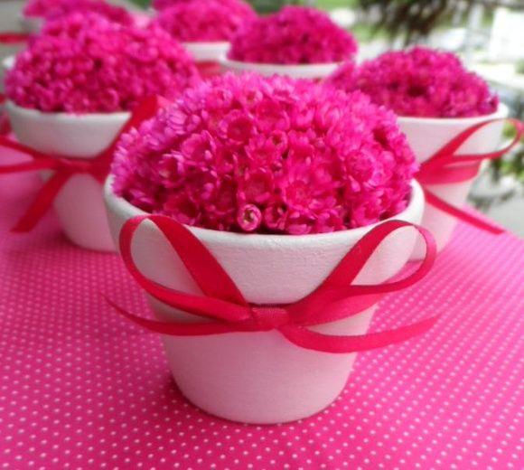 Mini Vasinhos em cerâmica, pintados em branco, decorados com fitinha de cetim, preenchido com a flor Sempre Viva, desidratada.    Ótima opção para enfeitar mesas de festas com delicadeza!!    Podemos modificar as cores das flores, consulte-nos!! R$ 7,50