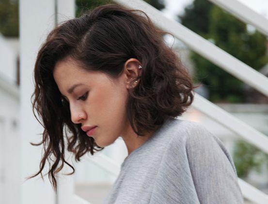Peinados para pelo rizado corto. Looks con pelo muy corto, semirrecogidos para…