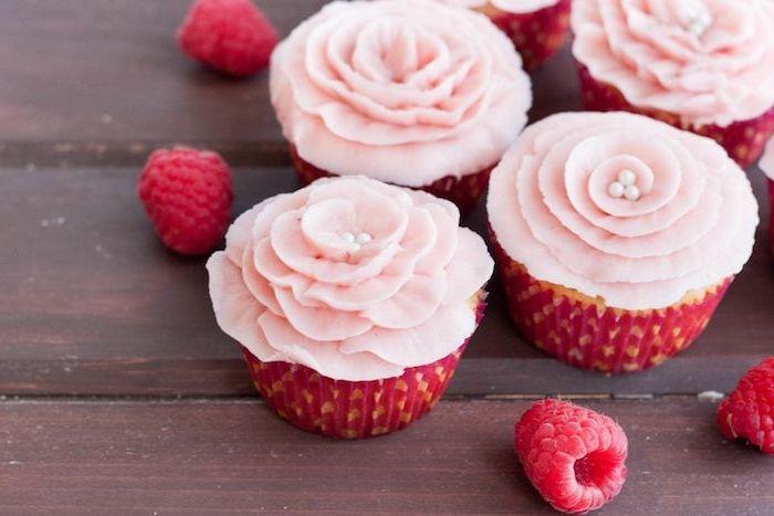 recette glaçage cupcakes original, couleur rose en forme de fleur à pétales roses et perles blanches au milieu