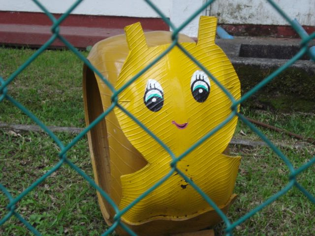 Caracol de frente figuras hechas con llantas pinterest for Animales de plastico para jardin