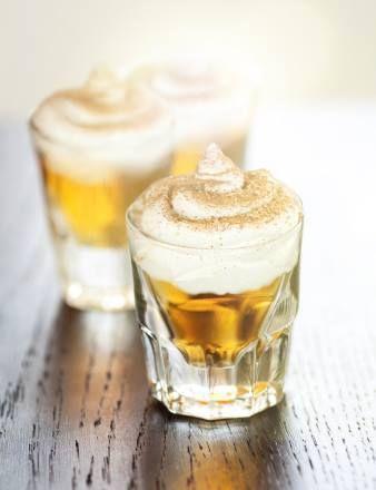 Noch mehr Hüttengaudi! Für alle, die es noch nicht wussten: Apfelstrudel kann man jetzt trinken.  Après Ski Apfelstrudel: 2 cl granini Trinkgenuss Apfel, 2 cl Vodka, Schlagsahne, Zimt.  Heiß oder kalt genießen! #recipe #cocktail #granini #shot