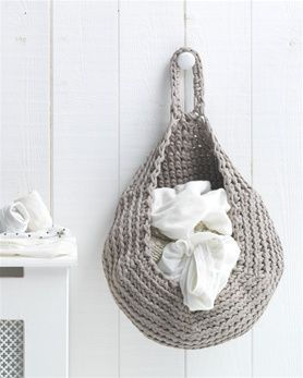 Free pattern for this super handy storage bag made in Hoooked Zpagetti! Would be great for washing...or maybe our yarn stash... :) #hoooked #zpagetti #crochet