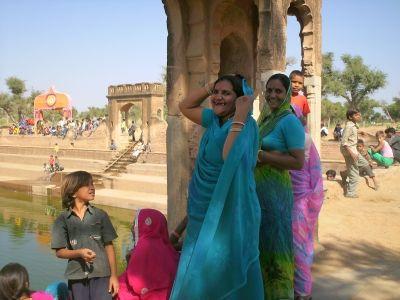 Population de L'Inde - fête du Docéra prés d'une réserve d'eau -