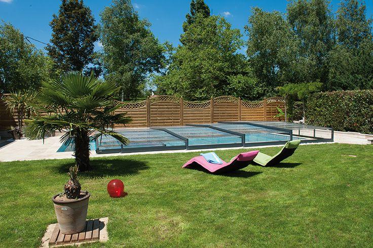 Un abri ultra plat pour profiter de votre piscine sans cacher votre jardin ! #abripiscinerideau #elliptiksp