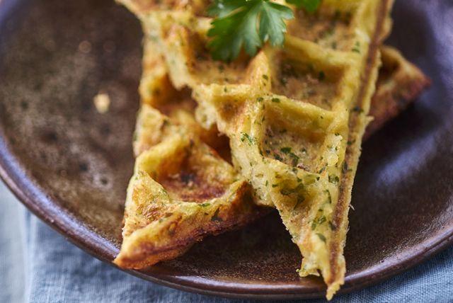Pourquoi ne pas servir ce plat savoureux au petit-déjeuner ou au brunch du week-end prochain? Nous sommes convaincus que vous adorerez ces gaufres délicieuses où se marient les pommes de terre, le fromage parmesan et les herbes fraîches. Couronnez le tout d
