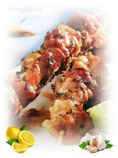 Souvlaki to popularna grecka potrawa, podawana jest jak gyros – czyli na talerzu, albo w placku pita z sosem tzatziki, warzywami itp.     Sos tzatziki (cacyki) jest to sos, podawany w kuchni greckiej jako dodatek do dań: z grilla, pieczonych, smażonych lub podawany oddzielnie jako dip (najpopularniejsza przystawka w kuchni greckiej).