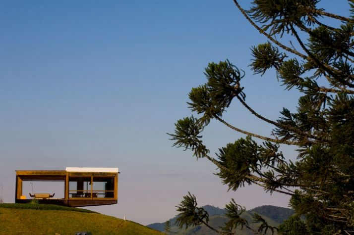 The Grid House is a residence by Forte, Gimenes & Marcondes Ferraz Architects and it is located in Serra da Mantiqueira, Brazil.