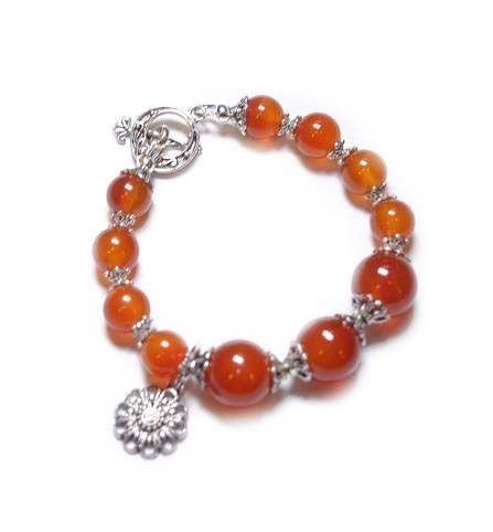 Armband Carleine Handgemaakte armband van carneool en gecombineerd met metalen kraalkapjes http://www.beadscreations.nl/c-2380655/edelsteen-armbanden/