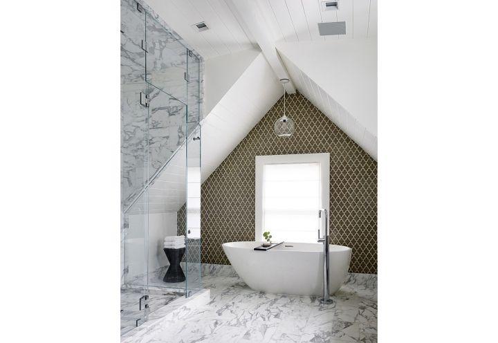 Pavimento in marmo e parete con tappezzeria vintage per il bagno, con vasca free standing e un'ampia cabina doccia vetrata in una villa in stile vittoriano a San Francisco. Foto di: Joe Fletcher