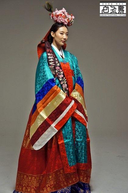 우리나라 전통혼례의상인 원삼도 지역마다 색과 모양이 조금씩 다르답니다. 위에 원삼은 개성지방에서 입었...