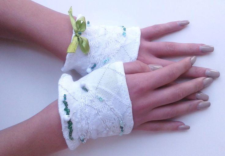 Polsini - Polsini bianchi con ricamo di ali e perline verdi - un prodotto unico di SusannaSilicani su DaWanda