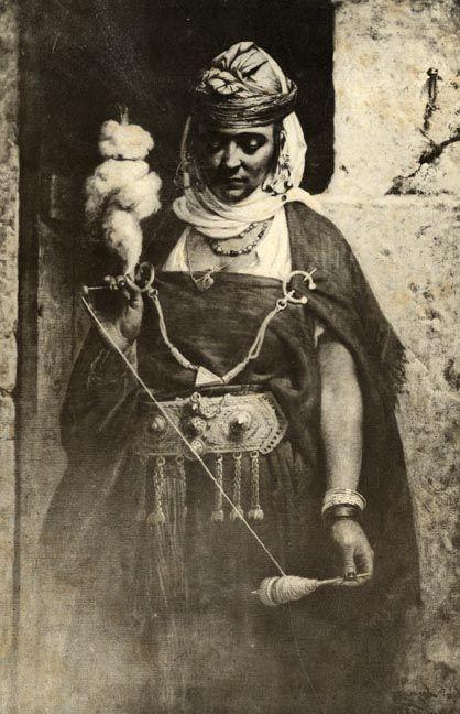 Etude Mauresque. Femme fillant la laine. Tirage argentique d'époque. Circa 1895