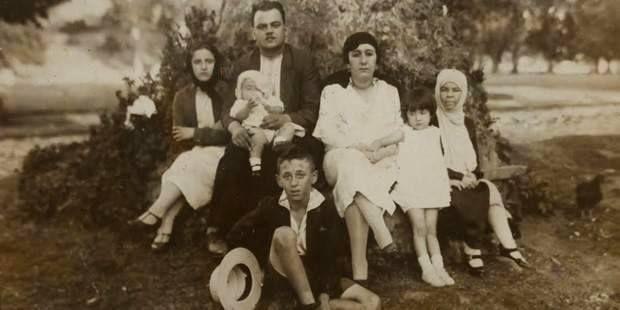 Şair Orhan Veli Kanık 10 yaşında, ailesi ile birlikte