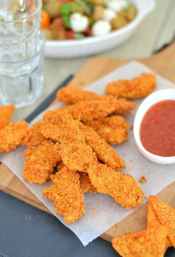 Krokante kipnuggets met Doritos. Heerlijke malse kipnuggets uit de oven met een krokant en smaakvol jasje van Doritos chips. Voor deze krokante kipnuggets heb je maar 4 (!) ingrediënten nodig en ze zijn ook nog makkelijk om te maken.
