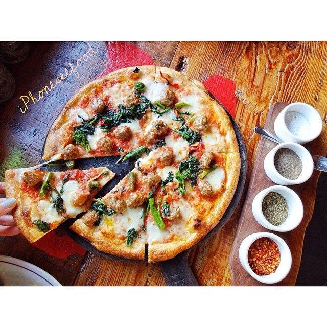 Pizza con salsiccia e rapini