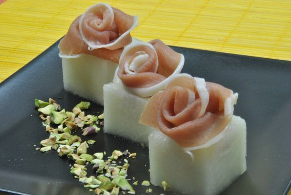 Melón con Jamón, una presentación única! Estas rosas descansan sobre unos cubos de melón y llevan un toque de pistacho, fáciles y rápidas de hacer.