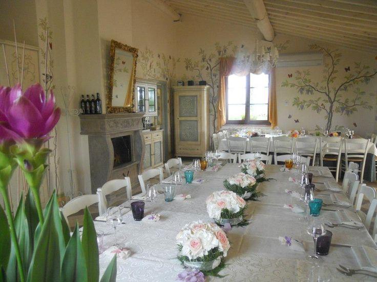 La sala del ristorante romantico Taverna di Bibbiano preparata per un matrimonio. Il ristorante Taverna di Bibbiano si trova tra Colle di Val d'Elsa e San Gimignano (Siena), a 30 min da Siena, 5 minuti da Colle di Val d'Elsa e San Gimignano.