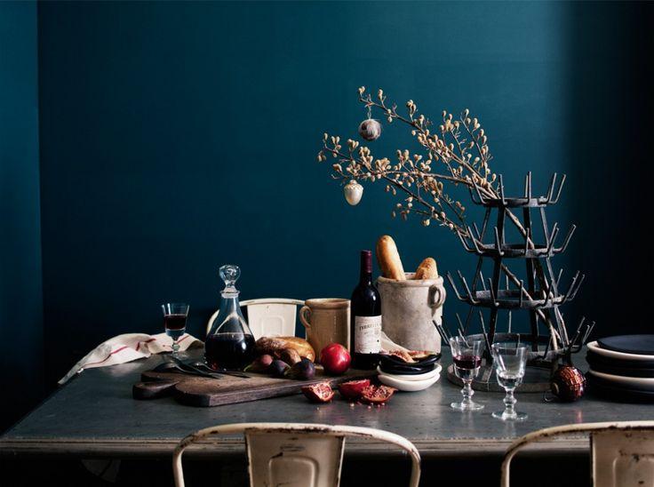 Dunkle Wand hinter fragilem Holztisch mit Deko aus Naturmaterialien #diy…
