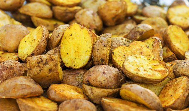 Zlociste Pieczone Ziemniaki Trik Ktory Zapamietasz Na Zawsze Wp Kuchnia Food Vegetables Potatoes