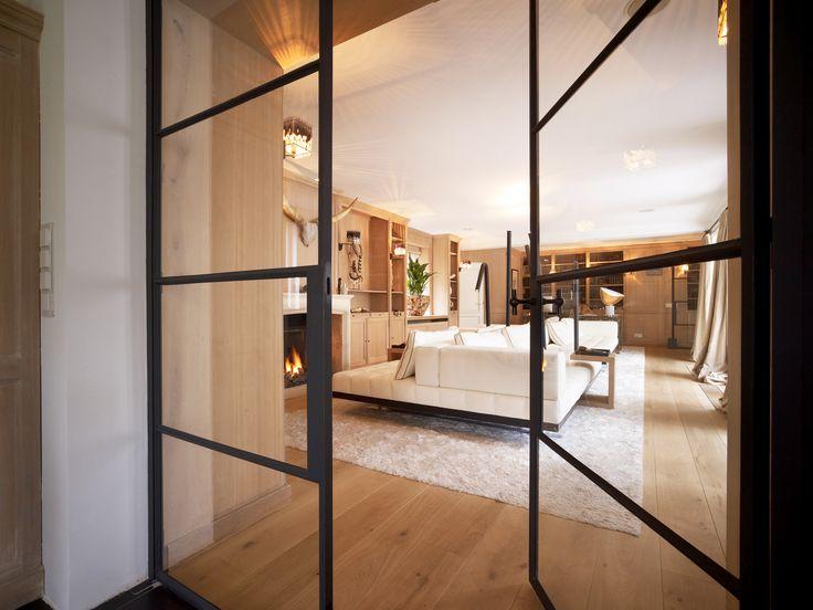 Stalen binnendeuren - Mooi inspiratie beeld voor een stalen pui. Heeft u interesse in stalen kozijnen en binnen deuren? Informeer naar de mogelijkheden en bezoek onze website www.indoorsteel.nl