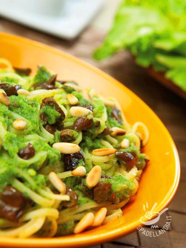 Provate la ricetta Linguine con crema di scarola e olive anche nella variante con la pasta integrale: si sposa benissimo con il sugo!