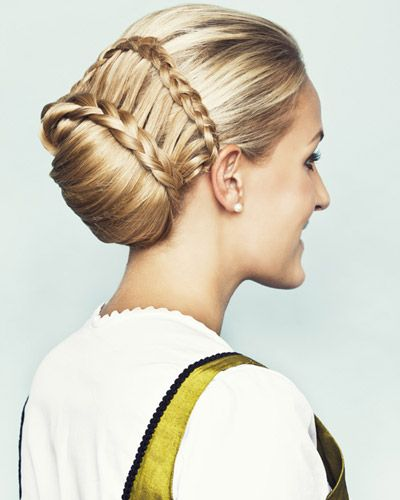 #braid braided #hair, Und hier seht ihr den Dutt von hinten - zwei gerlfochtene Zöpfe umspielen die Haarkissen.