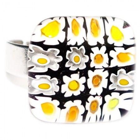 Glazen ring met wit-geel-zwarte bloemen van millefiori glas. Verstelbare ring dus past vrijwel iedereen!