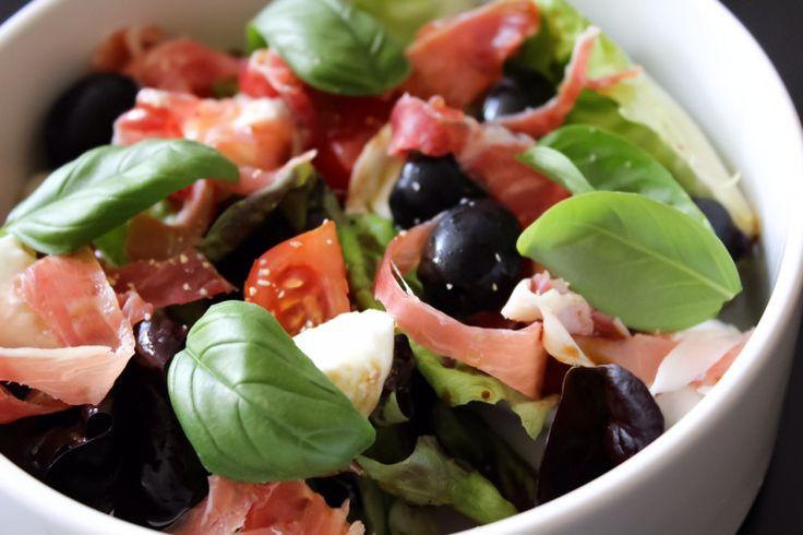 salade méditerranéenne laitue, tomates, mozzarella, olives et jambon de Parme / lettuce, tomatoes, olives, mozzarella and prosciutto salad chicandswiss.com