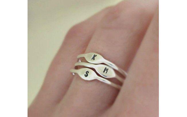 Use também anéis delicados, apenas com as iniciais de seus filhos. De Etsy