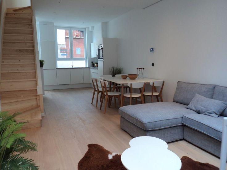 Te koop - Huis 2 slaapkamer(s)  - bewoonbare oppervlakte: 80 m2  - Deze zeer lichtrijke woning met koertje (6m²) en ruim terras (18m²) werd van A tot Z gerenoveerd door een team dat reeds 12 jaar samenwerkt. Werkelijk  - dubbel glas   2 gevel(s) -   - oppervlakte keuken: 10 m2 - oppervlakte living: 36 m2 - oppervlakte terras: 16 m2