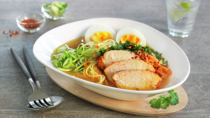 Nudelsuppe, ramen, er en tradisjonell japansk rett som opprinnelig kommer fra Kina. Det finnes utallige varianter, men i vår ramensuppe er kyllingkraft basen. Kraften har fått selskap av blant annet chili, hvitløk, anis og misopaste i kjelen. Nudler er en selvfølge, det samme er kokte egg, skiver av saftig norsk kyllingkjøtt, vårløk og frisk koriander.