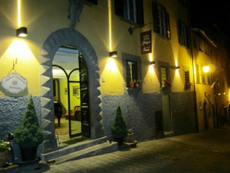 Antica Dimora Patrizia | Una dimora d'epoca del XV secolo, un castello su un colle : ecco Montecarlo di Lucca, e dentro il castello il Palazzo Lavagna , dove la Antica Dimora Patrizia accoglie gli Ospiti tra sete e broccati, arredamenti d'epoca e soffitti affrescati. | Presente su www.BedAndBreakfastItalia.com #BnBItalia #BnBToscana #BnB #BedAndBreakfast #BeB #BeBItalia #BeBToscana